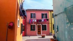 Authentisches Haus und bunte Reinigung, die in den Hintergassen von Venedig h?ngt lizenzfreies stockfoto