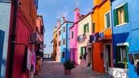 Authentisches Haus und bunte Reinigung, die in den Hintergassen von Venedig h?ngt stockbilder