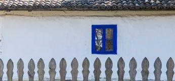 Authentisches rumänisches Dorfhaus gebaut mit natürlichen Biomaterialien und alten Techniken in der traditionellen Architektur Na Stockbild