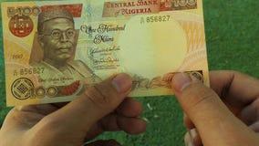 Authentisierung einer Banknote eigenhändig stock video