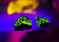 Autinite кристаллическое, дневной минерал под ультрафиолетовым светом стоковое изображение rf