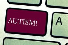 Autism för ordhandstiltext Affärsidé för autismmedvetenhet som runtom i världen föras av det sociala tangentbordet för kommitté royaltyfri foto