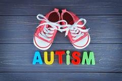 AUTISME de Word avec des chaussures d'enfants sur le fond Photos libres de droits