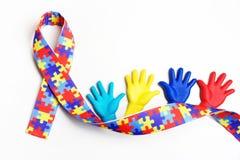 Autismmedvetenhetbegrepp med färgrika händer på vit bakgrund Top beskådar arkivfoto