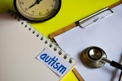 Autismo en la inspiración del concepto de la atención sanitaria en fondo amarillo fotos de archivo libres de regalías