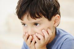 Autismo, miúdo que olha faraway Fotografia de Stock Royalty Free