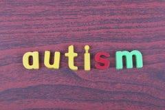 Autismtext som stavas på trätabellen Arkivfoton