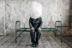 Autist оборачивает его голову в упаковывая фильме Стоковые Фото
