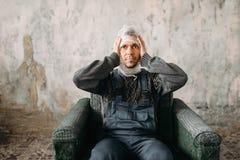 Autist met rekfilm op hoofdzitting op stoel stock afbeelding