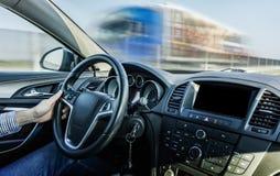 Autista che guida sulla vista della strada principale dall'automobile fotografia stock