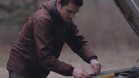 Autista che ripara automobile rotta archivi video