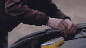 Autista che ripara automobile rotta video d archivio