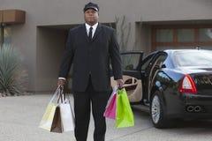 Autista con i sacchetti della spesa Immagini Stock