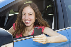 Autista della donna che mostra chiave dell'automobile Immagine Stock