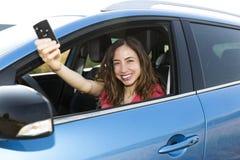Autista della donna con la chiave dell'automobile Fotografie Stock Libere da Diritti