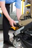 Autista di autobus che aiuta un passeggero con la scheda del passeggiatore Fotografia Stock Libera da Diritti