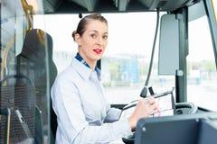 Autista di autobus femminile nel sedile di driver Fotografia Stock