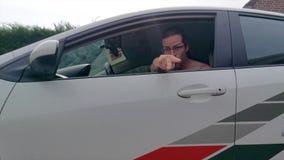 Autista di automobile arrabbiato che fa i gesti aggressivi, comunicazione non verbale, comportamento sociale inadeguato stock footage
