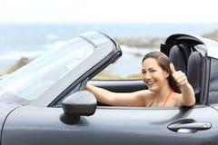 Autista di automobile convertibile con i pollici su immagini stock libere da diritti