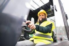 Autista di camion del carrello elevatore della donna in una zona industriale Fotografie Stock