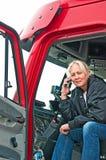 Autista di camion grazioso della donna sul telefono immagine stock