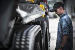 Autista di camion Load Check Fotografie Stock Libere da Diritti