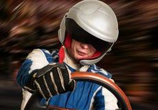 Autista di macchina da corsa nel casco mentre guidando fotografia stock