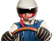 Autista di macchina da corsa nel casco mentre guidando Su una priorità bassa bianca fotografie stock libere da diritti