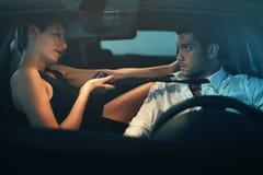 Autista di seduzione della bella donna dentro un'automobile Fotografie Stock