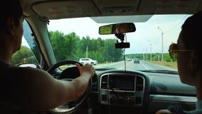 Autista e un passeggero in un'automobile archivi video