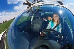 Autista femminile felice che viaggia in macchina con i bambini Fotografie Stock