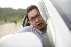 Autista maschio Shocked per vedere qualche cosa di cattivo davanti alla sua automobile fotografie stock libere da diritti