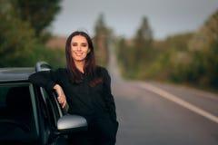 Autista turistico femminile felice accanto alla sua automobile fotografie stock