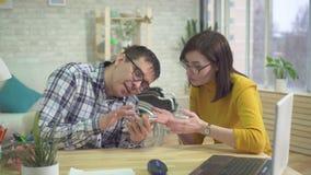 Autiste masculin et auxiliaire adultes, apprenant comment manipuler un smartphone banque de vidéos