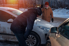 Autisti maschii sulla via della città dopo l'incidente stradale Immagine Stock Libera da Diritti