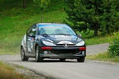 Autisti non identificati su una vettura da corsa di Peugeot 106 d'annata neri Fotografia Stock