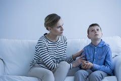 Autistische jongen en werker uit de hulpverlening royalty-vrije stock afbeeldingen