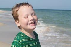 Autistischer Junge, der den Strand genießt Lizenzfreies Stockbild