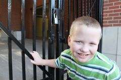 Autistischer Junge an einem verschlossenen Gatter Stockbilder