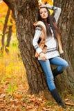 autmn在公园结构树附近的时装模特儿 库存照片