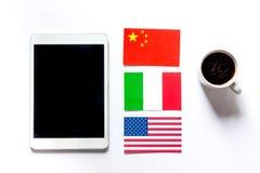 Auto-éducation Apprenant des langues en ligne Écouteurs et tablette sur la maquette blanche de vue supérieure de fond de table images stock