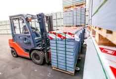 Auto ładowacz z betonowymi blokami na zewnątrz fabryki Fotografia Royalty Free