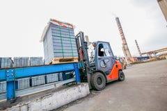 Auto ładowacz z betonowymi blokami zbliża budynek fabrykę Fotografia Stock