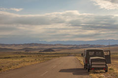 Auto aan de kant van een verlaten weg Stock Foto