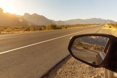 Auto aan de kant van weg Stock Foto's