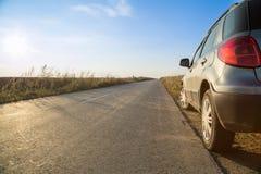Auto aan een kant van weg wordt geparkeerd die royalty-vrije stock fotografie