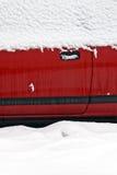 Auto abgedeckt im Schnee Stockfoto