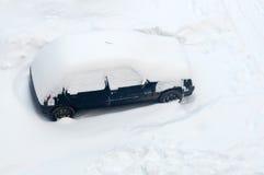 Auto abgedeckt im Schnee Lizenzfreies Stockbild