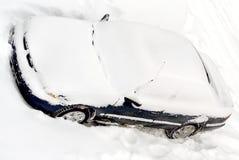 Auto abgedeckt im Winterschnee   Stockfoto