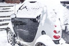 Auto abgedeckt mit frischem weißem Schnee Stockbild